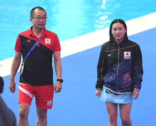 女子高飛び込み準決勝 決勝進出を逃した金戸(右)は父恵太コーチとプールを去る(撮影・鈴木みどり)