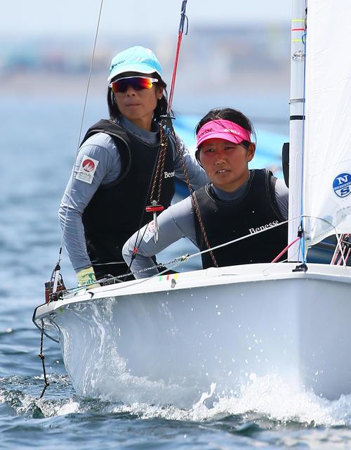 公開練習で航行するセーリング女子470級の吉田(左)、吉岡ペア(撮影・足立雅史)