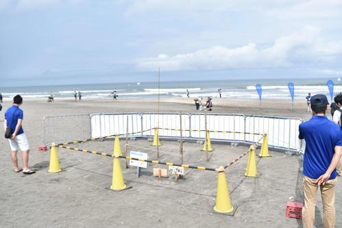東京五輪の追加種目サーフィンのテストイベント会場に設けられたウミガメの産卵場所の囲い(撮影・佐々木隆史)