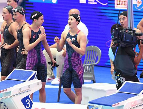 女子400メートルリレー予選 決勝進出を決め五輪出場枠を確保し、ガッツポーズする青木智(中央)。左隣は佐藤、右は大本(撮影・鈴木みどり)
