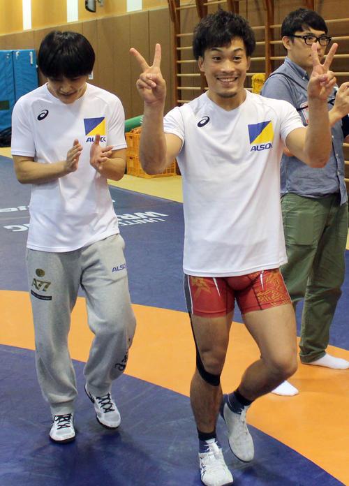 勝利を喜ぶ太田(右)に拍手を送る伊調