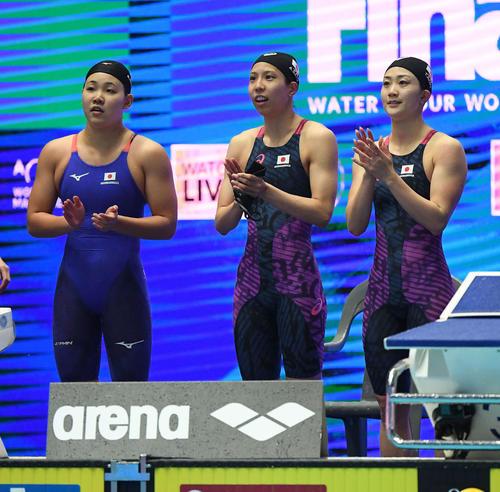 女子400メートルリレー決勝を7位で終え、手をたたく、左から白井、佐藤、青木智(撮影・鈴木みどり)
