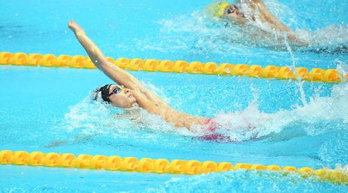 男子100メートル背泳ぎ予選に出場した入江(撮影・鈴木みどり)