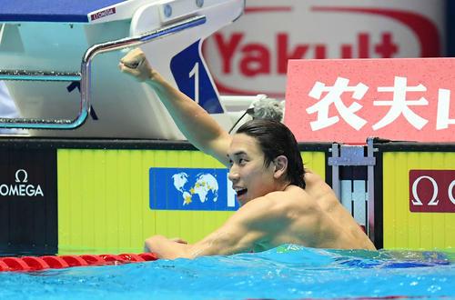 男子200メートル自由形決勝で2位となり、ガッツポーズする松元(撮影・鈴木みどり)