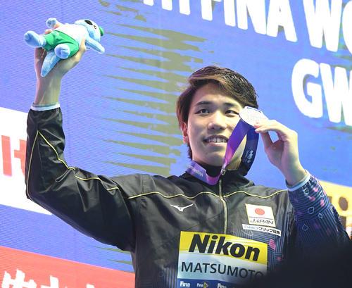 男子200メートル自由形決勝で2位となった松元は銀メダルを手に笑顔(撮影・鈴木みどり)