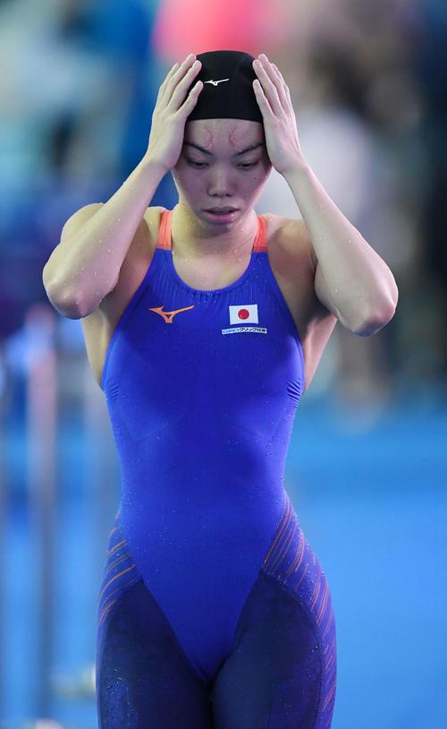 女子100メートル平泳ぎ決勝を4位で終え悔しそうに引き揚げる青木玲(撮影・鈴木みどり)