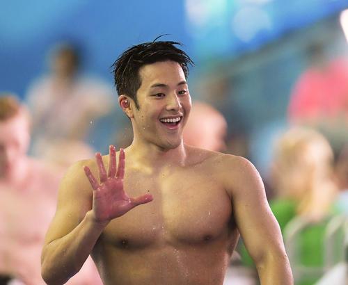 男子200メートルバタフライ準決勝を終え笑顔で引き揚げる瀬戸(撮影・鈴木みどり)