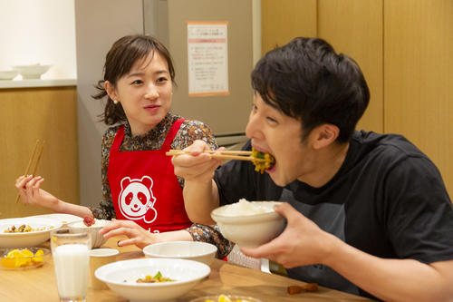 優佳さんの作った食事を、おいしそうにほおばる瀬戸