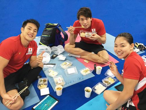 瀬戸(左)は、松元(中)白井とレース直後に弁当を食べて疲労を回復した(味の素提供)