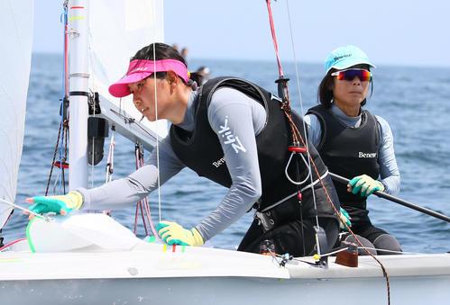 セーリング日本代表候補練習 公開練習で航行するセーリング女子470級の吉岡美帆(左)と吉田愛ペアのヨット(2019年7月17日撮影)