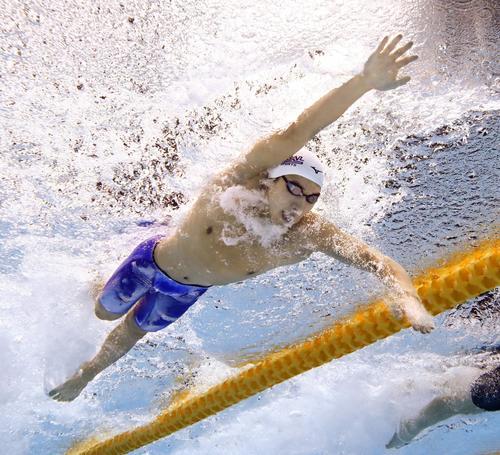 男子200 メートル 自由形決勝 力泳する松元克央(共同)