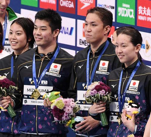 混合400メートルメドレーリレーで優勝し、笑顔を見せる日本チーム。右から酒井、小関、水沼、大本(撮影・鈴木みどり)