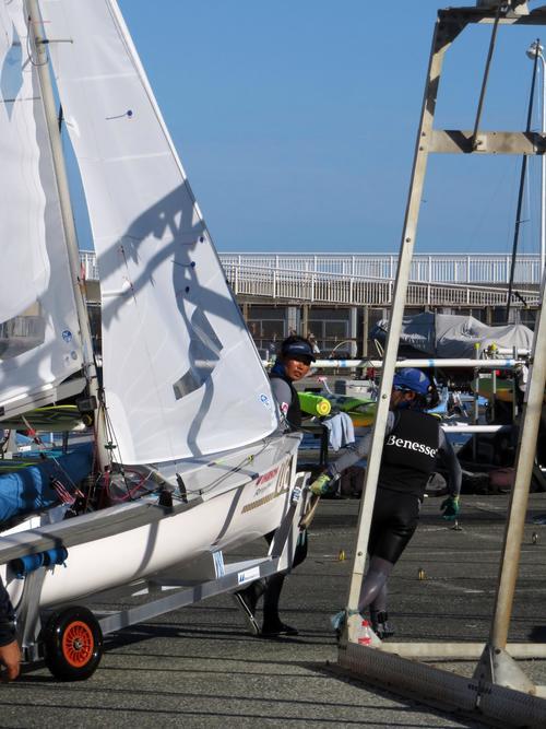 陸に艇を上げる吉岡(左)と吉田