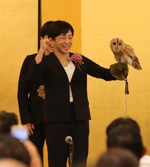 金色のフクロウを手に、世界選手権へガッツポーズする入江ゆき(撮影・菊川光一)