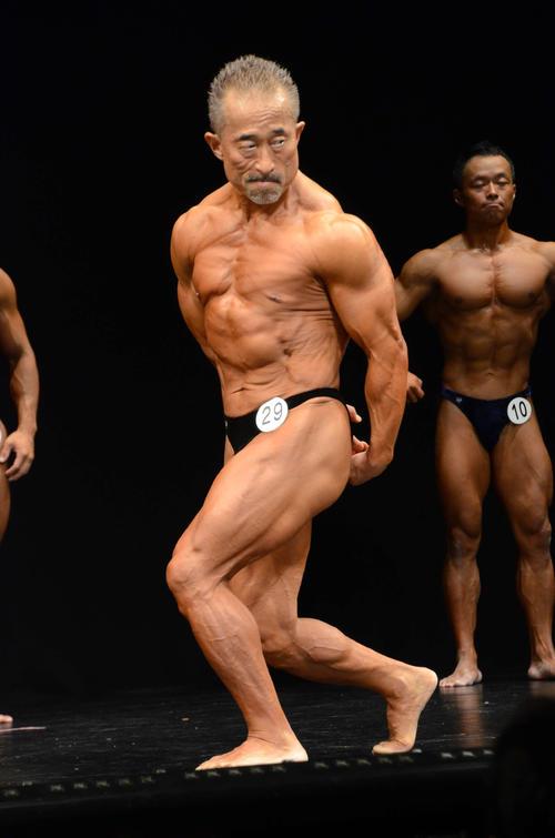 第53回男子大阪ボディービル大会出場に出場し、鍛え抜かれた筋肉をアピールする角田信朗