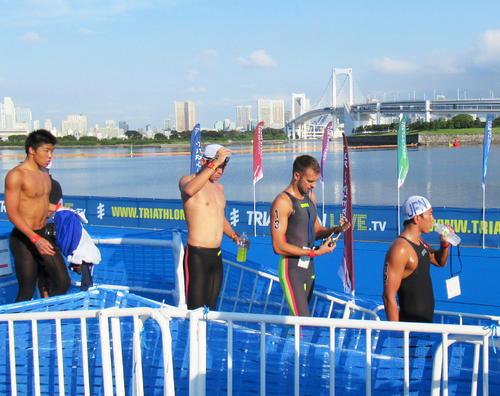 お台場海浜公園で行われたOWSの東京五輪テスト大会で、レインボーブリッジをバックにコースに向かう選手たち(撮影・益田一弘)