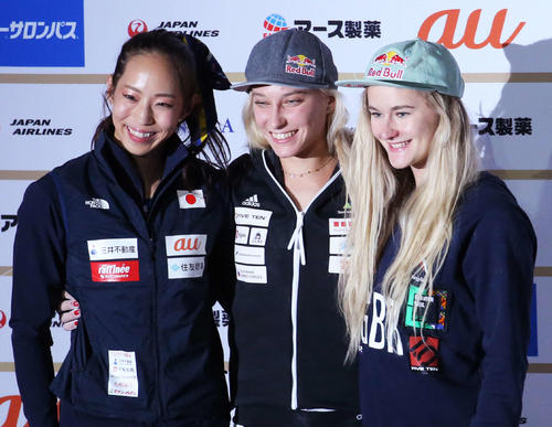 ボルダリング女子決勝 1位のガンブレット(中央)3位のコクシー(右)と写真に納まる2位の野口(撮影・河田真司)