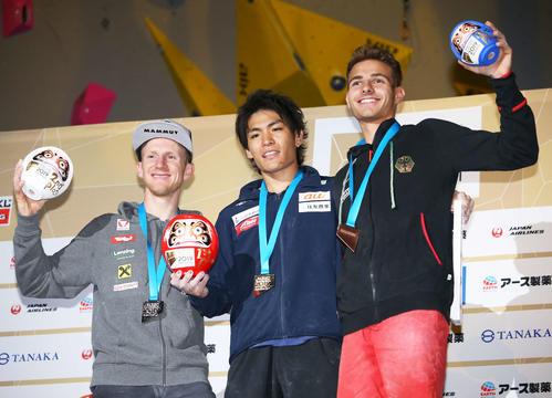 メダルセレモニーで写真に納まる、優勝の楢崎智(中央)2位のシューベルト(左)3位のフローレ(撮影・河田真司)