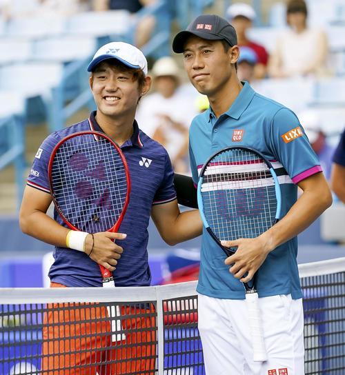 男子シングルス2回戦 試合前、写真に納まる西岡良仁(左)と錦織圭(共同)
