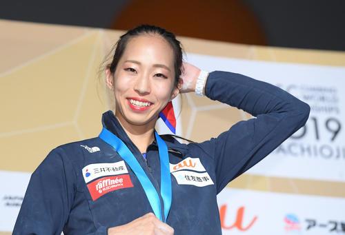 女子複合で銀メダルを獲得して東京五輪代表が内定し、表彰式で笑顔を見せる野口(撮影・加藤諒)