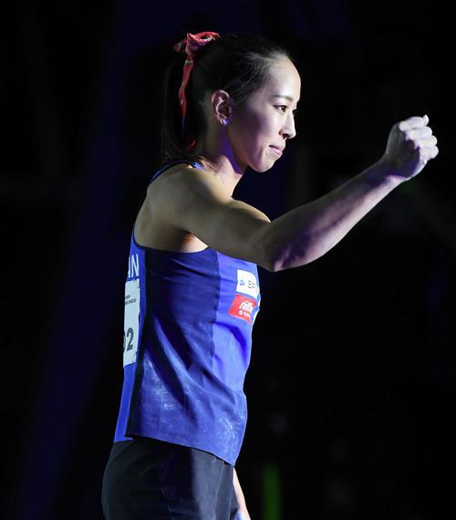 女子複合のボルダリングで1つ目の課題を完登し、ガッツポーズする野口(撮影・加藤諒)