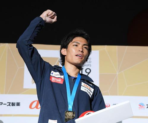 男子複合で金メダルを獲得し、ガッツポーズする楢崎智亜(撮影・加藤諒)