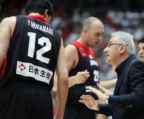 日本対アルゼンチン 第3Q、渡辺(左)に指示を出すをラマス監督(撮影・狩俣裕三)