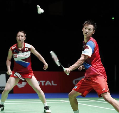 混合ダブルス準々決勝 マレーシアのペアと対戦する渡辺(右)、東野組(共同)