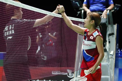 女子シングルス準々決勝 中国選手(左)に勝利した奥原希望(共同)