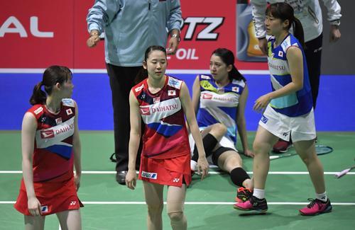 女子ダブルス準々決勝 対戦中に米元(右から2人目)が負傷で途中棄権し、勝利となった永原(左から2人目)、松本組(共同)