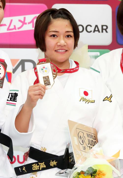 女子48キロ級決勝、優勝をしメダルを見せる渡名喜(2018年11月23日撮影・加藤哉)