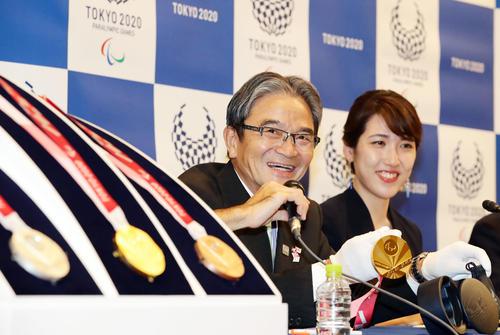 「東京2020パラリンピックカウントダウンセレモニー」後のメダル発表会見でメダルを手に思い入れを語る宮田亮平文化庁長官(中央)とデザイナーの松本早紀子さん(撮影・浅見桂子)