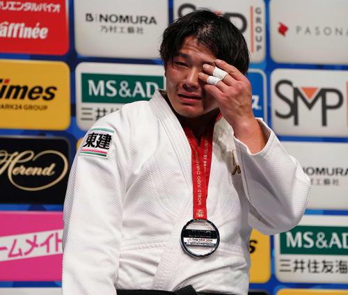 銀メダルを胸に涙を拭う向(撮影・鈴木みどり)