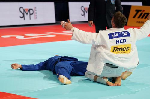 男子90キロ級決勝で敗れ、大の字になる向(左)(撮影・鈴木みどり)