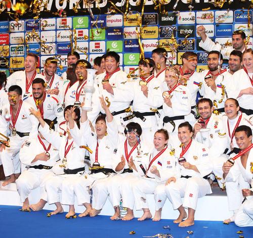 表彰式で歓喜する金メダルの日本チーム(中央)と銀のフランス(左)銅のロシア、ブラジル(右)(撮影・河田真司)
