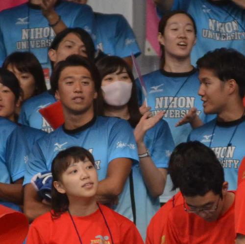 日大応援席でマスク姿で声援を送る池江璃花子(撮影・吉池彰)