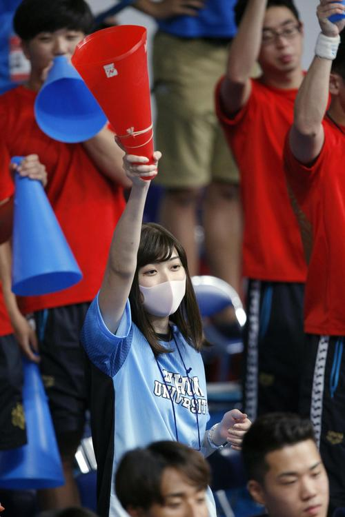 競泳の日本学生選手権で、日大のチームメートを応援する池江璃花子選手(共同)