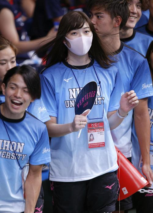 競泳の日本学生選手権を観戦に訪れた池江璃花子選手(共同)