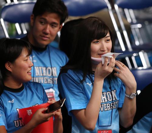 日本学生選手権で日大の応援にかけつけた池江(右)は汗ふきシートの香りをかぐ(撮影・井上学)