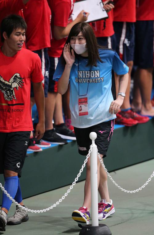 日本学生選手権で日大の応援にかけつけた池江(右)は笑顔で会場内を歩く(撮影・井上学)
