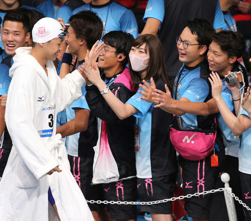 日本学生選手権で日大の応援にかけつけた池江(中央)は笑顔でチームメートとタッチ(撮影・井上学)