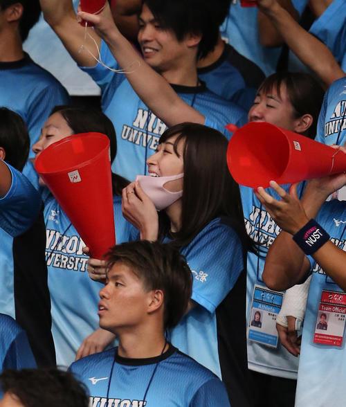 日本学生選手権で日大の応援にかけつけた池江は笑顔でメガホンをたたく(撮影・井上学)