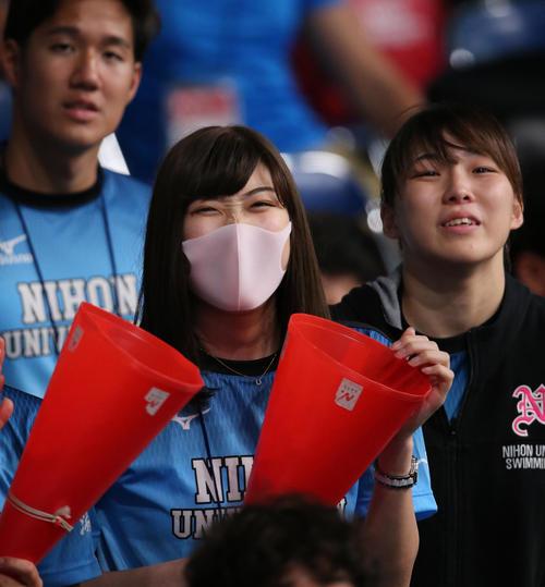 日本学生選手権で日大の応援にかけつけた池江はチームメートが1位になれず悔しげな表情(撮影・井上学)