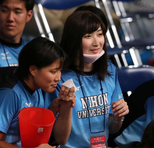 日本学生選手権で日大の応援にかけつけた池江(右)は仲間に汗ふきシートの香りをかがせる(撮影・井上学)