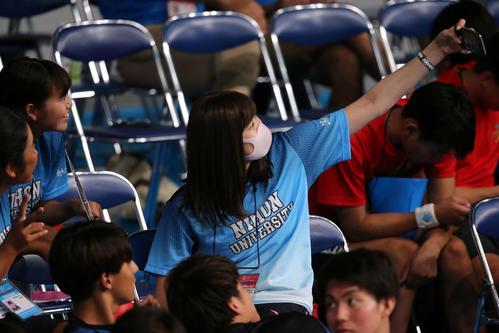 日本学生選手権で日大の応援にかけつけた池江(中央)は仲間と自撮りをする(撮影・井上学)
