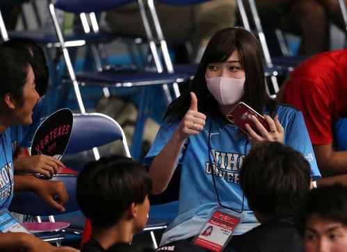 日本学生選手権で日大の応援にかけつけた池江(中央)は仲間と自撮りをしグッドサイン(撮影・井上学)