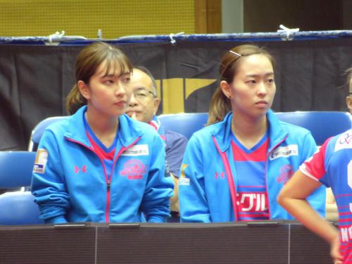 Tリーグに初参戦した妹梨良とともにベンチに座る石川佳純(右)(撮影・三須一紀)