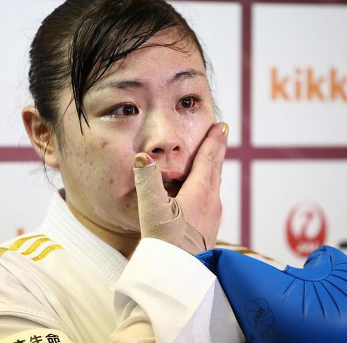 決勝進出を果たした植草は、涙が伝う頬に手を当てながら報道陣の質問に答える(撮影・河田真司)