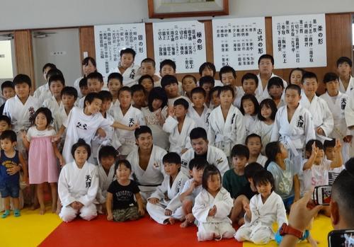 柔道教室後、子供たちと記念撮影する丸山城志郎(前列左から4番目)と大野将平(同6番目)(天理市提供)