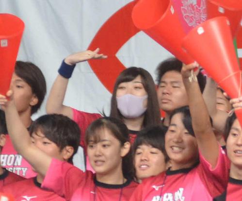 日大応援席で手を振って仲間を励ますマスク姿の池江璃花子(撮影・吉池彰)